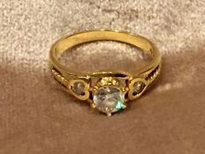 Gold ring, 18 kt, with heart ornaments next to the central, facet cut, cubic zirconia - size 17.5.