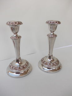 Old set of 2 Candlesticks for one candle with decoration at the base, in english silver plated IANTHE, Made in England