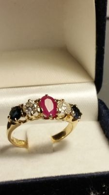 Superb gold ring with two sapphires – 2 diamonds – 1 ruby