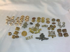 England - kavel met 8 Original British Badges & 50 assorted Buttons - 1910/1930