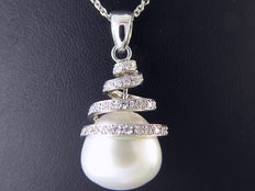 Pendant set with an exclusive South Sea pearl and brilliant cut diamonds of 0.50 ct in total