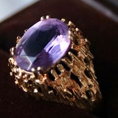 14kt. Handkrafted gold ring with an oval cut natural Amethyst approx.2.44ct.. Excellent condition.