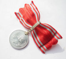 Japanese Red Cross medal of honour women version in rare bordeaux red box. Early 20th century.