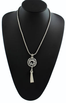 Chain in sterling silver (925) with handmade sterling silver pendant. Origin: Bali.