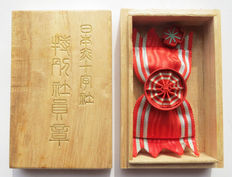 Japanese Red Cross medal of honour in women's version in rare Pauwlonia wooden box and baton. 20th century.
