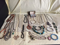 Lot with 106 pieces jewelry collection
