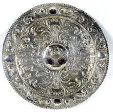 Decorative plate in embossed silver. Madrid. Late 19th century- early 20th century.