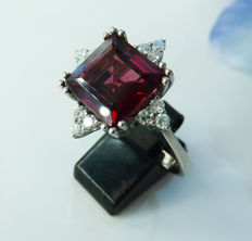 White gold ring size 18.25, with clear diamond of 0.24 ct and a brown-red precious stone