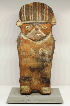 A pre-Columbian polychromed anthropomorphic figurine in earthenware – heigth : 25.5 cm