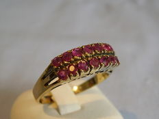 Bridge ring with 14 round facetted rubies approx. 2ct in total.