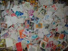 Worldwide - Large batch of over 100,000 stamps in box