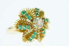 18 karats gold ring set with emerald and diamonds, strong execution.