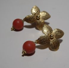 Earrings – 18 kt gold with red coral – Hand-crafted.