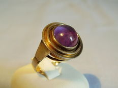 Gold designer ring with polished amethyst cabochon