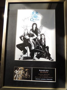 Beautiful Queen Memorial Signed (printed) Autograph Signed Picture Framed  Reprinted