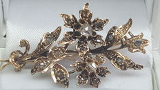 Antique branch brooch in 14 kt yellow gold, set with rose diamond, 19th century