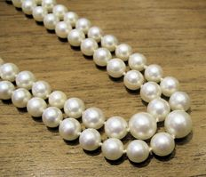 Beautiful necklace, composed of two strands of white Japanese cultured pearls measuring between 9.40 and 5.80 mm.