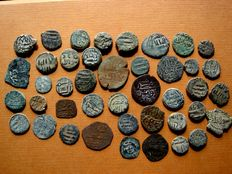 Spain - Medieval Al-Andalus. Set of 40 Hispanic-Muslim coins from the Independent Emirate of Cordoba Bronze felus coined between the 8th and 9th century. (40)
