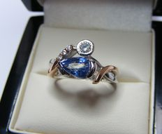 Gold (18 kt) ring with diamonds + 1 large diamond of 0.15 ct and natural blue VS sapphire of 1.70 ct - LFG certificate - No reserve price.