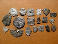 Spain – Omeya Independent Emirate, Caliphate of Cordoba and Almohade period – set of 18 silver coins and fragments. and 1 in electron (low-grade gold). Al-Andalus. (19)