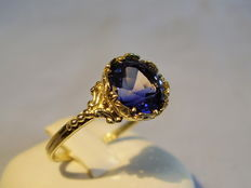 Antique 14 kt gold ring with blue Verneuil sapphire weighing 3.6 ct