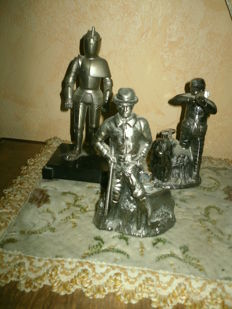 Statuettes of lead lighter built-in
