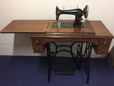 Navette Vibrant - treadle sewing machine with wooden cover -modèle perfectionne - first half of 20th century