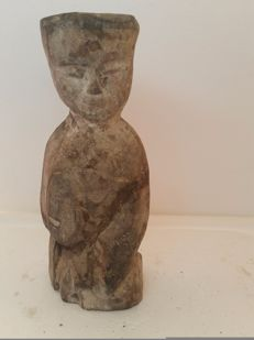 Standing courtesan in grey terracotta with traces of slip - China - Han - H 15 cm x W 6 cm