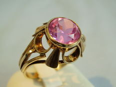 Rign with pink-coloured synthetic sapphire, approx. 1.4 ct