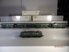 "Fleischmann H0 - 1338/5060/-61/-62 - E-loc E40, green + 4 sideline carriages ""Donnerbüchse"" of the DB"
