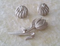 "Beautiful Vintage Crown TRIFARI Silver Tone ""DUTCH FLOWER"" Tulip Brooch and Textured Earrings"