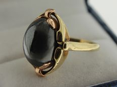 Yellow gold ring with hematite