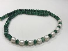 18 kt gold necklace with emerald and pearl. No reserve price