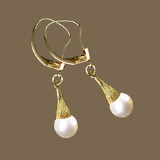 Gold earrings 14 kt 2.5 cm long with Akoya pearl, mint condition
