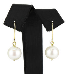 Earrings  in 18 kt yellow gold with freshwater cultured pearls. No reserve price.