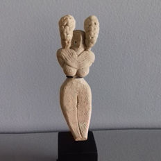 Female idol, seated, the face is framed by two chignons - 98 mm