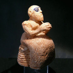 Exceptional Sumerian alabaster figure of a seated priest - 11 cm