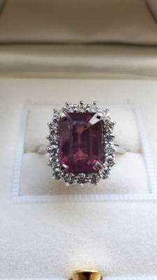 Entourage ring - Red ruby with iridescent purple highlights (5.18 ct) and diamonds (0.62 ct).
