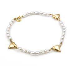 Yellow gold bracelet with heart designs with Akoya pearls.