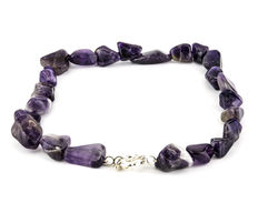 Princess style necklace with silver spring ring clasp and amethyst of 23 x 16 mm in diameter.