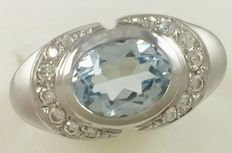 18 kt (750/1000) white gold set with a central faceted oval aquamarine gemstone. Weight: 5.6 g.