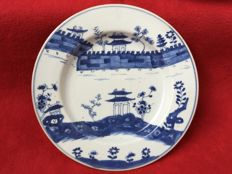 A blue and white plate decorated with the Great Wall - China - 18th century