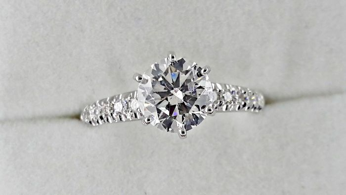 1.22 ct round diamond ring made of 14 kt gold - size 6