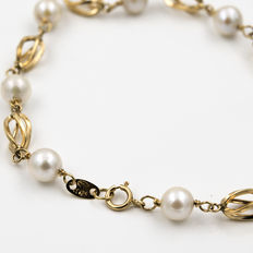 Yellow gold bracelet with Akoya cultured pearls.