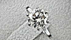 IGL 2.05 ct VVS2 round diamond ring made of 18 kt white gold