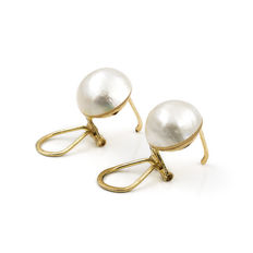 Yellow gold earrings with natural mabe pearls of 11 mm in diameter. No reserve price