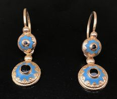 Rare pair of pendant sleeper earrings from the 19th century period in 18 kt rose gold and enamelled turquoise - No reserve price.