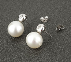 White gold earrings set with brilliant-cut diamonds and Australian South Sea pearls, 10 mm.