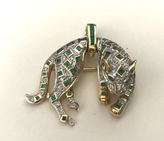 Exclusive pendant / leopard brooch made of 585 gold with 43 emerald and 43 diamonds white SI approx. 0.43ct, 15g.