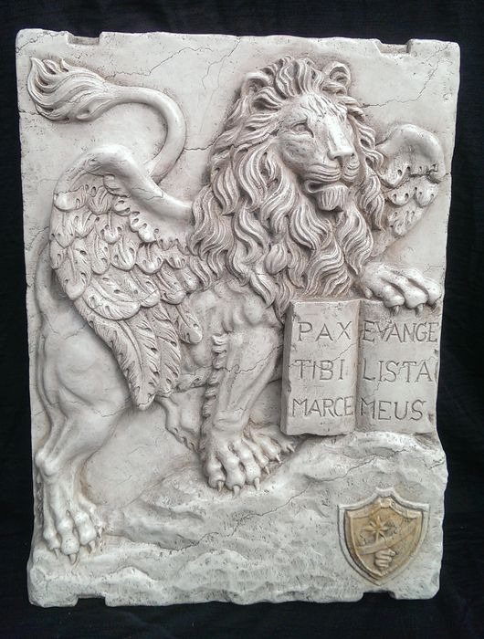 Lion of San Marco, Venice in high relief, Lessinia stone with Royal yellow marble Inlay - Italy, Gorizia - 20th century.